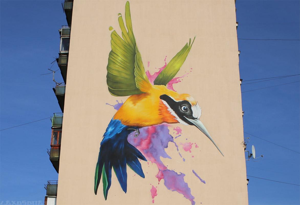 стрит арт на фасаде дома (Касьянова 9)