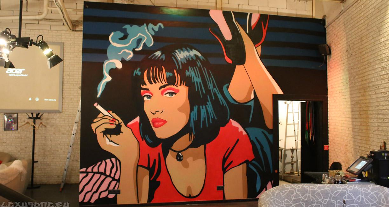 Граффити на стене в интерьере